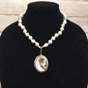 Jewelry - Original pearl necklace with locket